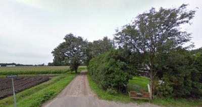 Buurtschap Berkeind ligt rond de doodlopende Schoorweg, die aan het eind overgaat in een onverhard deel en uitkomt bij het Wijckermeer. (© Google)