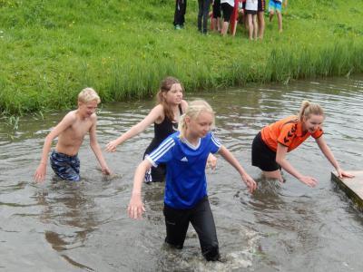 Tijdens de Berkmeerkermis (op een zondag eind mei) in de buurtschap Berkmeer vinden o.a. allerlei sport- en spelactiviteiten plaats, waarbij de deelnemers het niet altijd droog weten te houden... (© https://www.facebook.com/Berkmeerkermis-635655106449777)