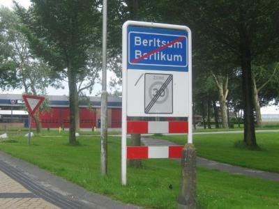 In de gemeente Menameradiel komt de Friese naam bovenaan, de Nederlandse eronder. Overigens worden uit kostenoverwegingen de borden pas vervangen als ze aan vervanging toe zijn.