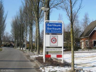 In de gemeente Menaldumadeel stond de Nederlandse naam bovenaan, de Friese eronder. V/a 2010 wordt dat andersom, maar pas als de borden aan vervanging toe zijn. Vasndaar hier nog de NL spelling bovenaan.