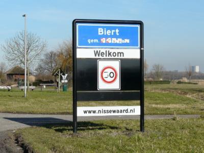 In 2015 heeft de nieuwe gemeente Nissewaard de komportalen vervangen en gelijk maar de bordmatige situatie bij de kern van buurtschap Biert aangepast: blauwe borden (= bebouwde kom), plus 30 km-zone. (© H.W. Fluks)