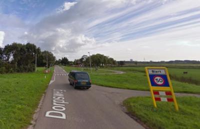 T/m 2014 had buurtschap Biert witte plaatsnaamborden (= buiten de bebouwde kom), met daaronder de aanduiding max. 50 km/uur (en dat kan eigenlijk alleen binnen een bebouwde kom). De nieuwe gemeente Nissewaard heeft dat in 2015 verbeterd. (© Google)