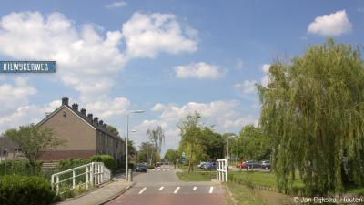 De Bilwijkerweg begint als weg naar de buurtschap Bilwijk, midden in het dorp Stolwijk. Dit is het laatste stukje daarvan, vlak voor je de dorpskern uit gaat.