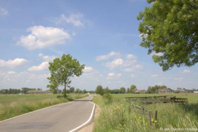 Als je de dorpskern van Stolwijk nog maar net uit bent, doemt in de verte de lintbebouwing van buurtschap Bilwijk al op.
