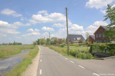 De afgelopen decennia zijn vrijwel alle houten elektriciteitspalen afgebroken en zijn de leidingen ondergronds gegaan. Incidenteel kom je ze nog wel tegen, zoals hier in buurtschap Bilwijk.