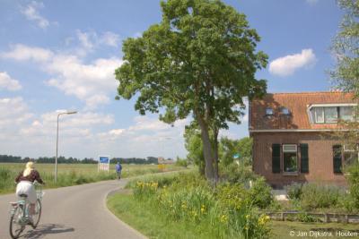 Hier ga je de compacte dorpkern van Stolwijk uit. Je komt gelijk in de rust en ruimte van het grondgebied van buurtschap Bilwijk. Een mooie binnenkomer met gelijk al deze mooie boerderij aan de rechterhand.