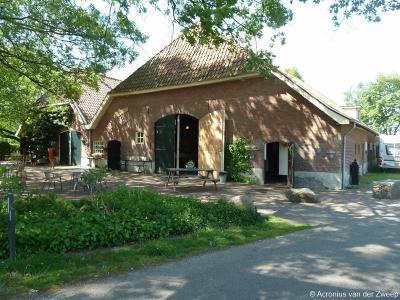 Als je je auto in buurtschap Binnenheurne bij TOP Groot Nibbelink parkeert, is de boerderij aldaar gelijk al de eerste bezienswaardigheid. Dit zijn de schuren van de boerderij.