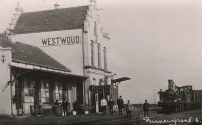 Het fraaie gebouw van station Westwoud, dat in werkelijkheid in de plaats - in die tijd nog dorp, tegenwoordig buurtschap - Binnenwijzend lag, zoals op deze ansichtkaart uit 1930 ook te zien is, is helaas in 1963 gesloopt. (collectie Niek Kors)