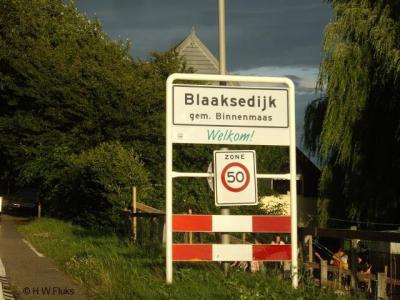 Tot 2013 heeft de buurtschap Blaaksedijk witte plaatsnaamborden en borden met max. 50 km/u. Maar dat kan eigenlijk niet, want buiten een bebouwde kom is het 80 of 60. 50 kan alleen bínnen een bebouwde kom.