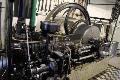De imposante Crossley dieselmotor uit 1929 in het dieselgemaal Oude Liermolen in de buurtschap Blaker is in werking te bewonderen op de Nationale Molendag en op de Westlandse Molendag. (foto: user Quistnix op Wikipedia)