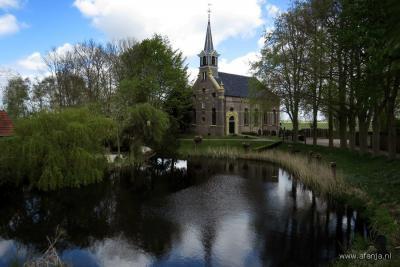Fraai Hervormd kerkje in het kommetje van het dorpje Blankenham. Landschappelijk mooi gelegen aan een van de oude kolken (restanten van dijkdoorbraken van de oude Zuiderzeedijk).