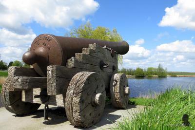 Het hoogwaterkanon van Blankenham is een 'zware jongen'. Om precies te zijn een twaalfponder van gietijzer. Daar moet je geen ruzie mee krijgen... Maar het was dus geen kanon voor oorlogvoering, maar alleen om de inwoners te waarschuwen voor hoogwater.