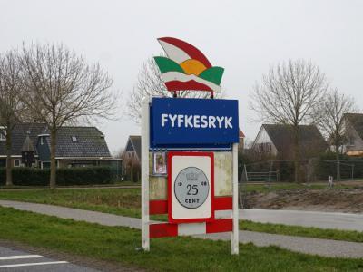 Blauwhuis is een van de schaarse katholieke 'enclaves' in Fryslân, en daarmee een van de schaarse Friese plaatsen waar carnaval wordt gevierd. Tijdens carnaval heet Blauwhuis 'Fyfkesryk'. (© H.W. Fluks)