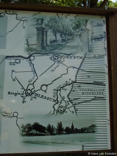 Op diverse informatiepanelen in Blessum vind je nadere informatie over de bijzonderheden van het dorp, en ook mooie oude kaarten, tekeningen en foto's, zoals deze.