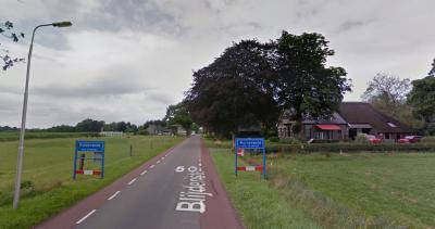 Buurtschap Blijdenstein heeft wel plaatsnaamborden, maar de verkeerde, want het dorp Ruinerwold begint pas honderden meters verderop. Hint: dit is simpel op te lossen door hier een wit bordje Blijdenstein onder te monteren. (© Google)