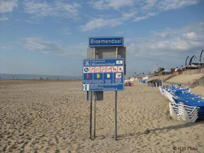 Goede zaak dat de gemeente aan het strand van badplaats Bloemendaal aan Zee een plaatsnaambord plaatst. Maar doe het dan wel goed. 1) Dit is niet Bloemendaal, maar Bloemendaal aan Zee, en 2) dit is geen bebouwde kom, dus hoort hier een wit bord.