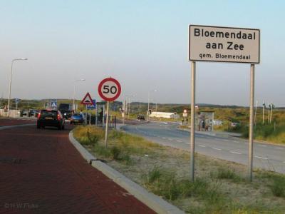 Badplaats Bloemendaal aan Zee heeft geen 'bebouwde kom' en heeft daarom witte plaatsnaamborden, wel met een 50 km-zone