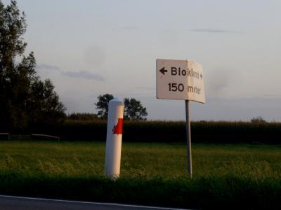 Een richtingbordje op de N204 (M.A. Reinaldaweg) verwijst naar de buurtschap Blokland, met pijlen beide kanten op omdat de buurtschap aan beide kanten van deze weg ligt.