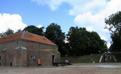 Hier staan we op de binnenplaats van Fort Wierickerschans.