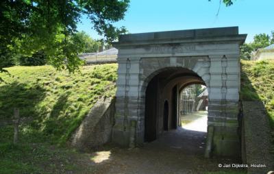 Via de poort bereiken we de binnenplaats van Fort Wierickerschans.