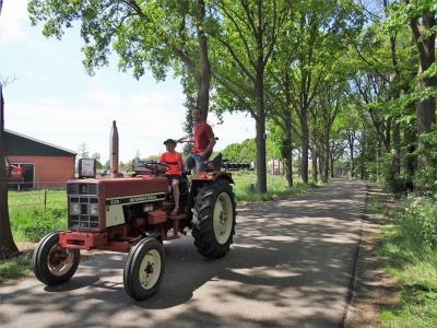 Oude tractoren worden een zeldzaam verschijnsel. Deze vader en zoon houden er nog een in ere, hier op de Roordaweg tussen Boerakker en Niebert. (© Harry Perton / https://groninganus.wordpress.com/2020/05/21/rondje-noordwijk)