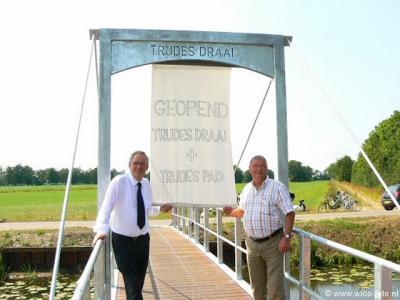 De brug Trudesdraai over de Doezumertocht is onderdeel van het Trudespad, een 600 meter lang wandel- en fietspad tussen de Doezumertocht en de Eesterweg. Op 2-7-2009 zijn beide feestelijk geopend. (© www.wido-foto.nl)