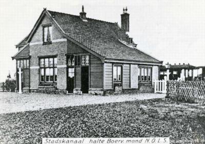 Het haltegebouw - anno 1915 - van de halte Boerveenschemond in Bonnermond, voorheen Nieuw-Stadskanaal, in 1916 hernoemd in Stadskanaal-Pekelderweg. Deze vier namen hebben dus allemaal betrekking op hetzelfde buurtje NW van de huidige kern van Stadskanaal!