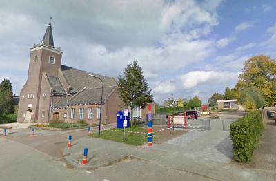 Bontebrug heeft enkele voorzieningen die de meeste buurtschappen niet hebben, namelijk de Bontebrugkerk en de Bontebrugschool. Ze staan mooi als setje naast elkaar. (© Google)