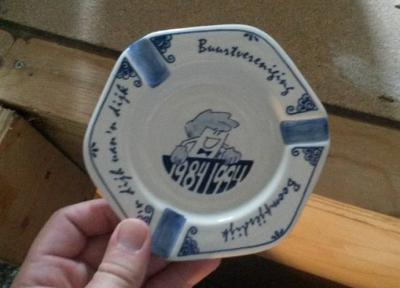 Bij het 10-jarig bestaan van Buurtvereniging Boompjesdijk, in 1994, zijn fraaie Delftsblauwe asbakken gemaakt met de slogan van de buurtschap erop.