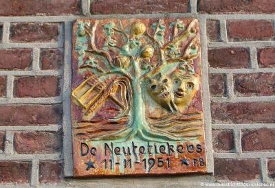 Een gevelsteen in de muur van het pand op Schoolstraat 20 in Borgharen herinnert aan de oprichting van carnavalsvereniging De Neutetikkers op 11-11-1951.