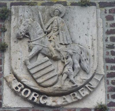 Het voormalige gemeentehuis van Borgharen, na de herindeling van 1970 herbestemd tot Gemeenschapshuis Haarderhof, is nog te herkennen aan het gemeentewapen op de gevel. (© www.maastrichtsegevelstenen.nl)