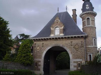 Toegangspoort Kasteel Borgharen. Het vandaag de dag vervallen kasteel is in 2014 gekocht door Borgharenaar Ronny Bessems, die het gedurende naar schatting 15 jaar gaat restaureren.
