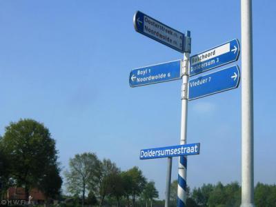 Op richtingborden in de omgeving staat Boschoord in 'zwart op wit' aangegeven. Foutief, want plaatsnamen horen in wit op blauw te worden aangegeven. En een buurtschap is óók een woonplaats. Nu lijkt het een wijk of bedrijventerrein, want die horen in wit.