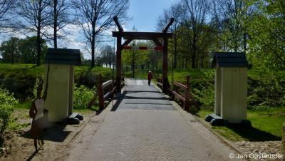En zoals het hoort bij een echte vesting, kom je ook Bourtange binnen over een gracht met een ophaalbrug.