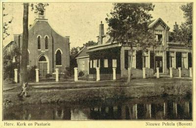 Boven Pekela, ansichtkaart van de rond 1900 gebouwde en rond 1950 afgebroken Hervormde kerk en pastorie.