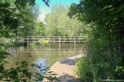 Gelukkig is in 2013 het bruggetje over de Bergvliet weer in ere hersteld, zodat je sindsdien weer van Bovenkerk naar Bilwijk, Haastrecht, Vlist en Schoonouwen kunt wandelen. De routes gaan deels over een vlonderpad, vandaar de naam van de Vlonderpad Route