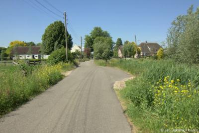 De weg in buurtschap Bovenkerk is smal. Daarom is om de zoveel meter een 'passeerplaats' aangelegd, zodat auto's elkaar kunnen passeren zonder de berm stuk te rijden.