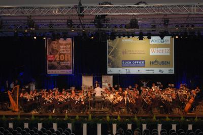 Waar een klein dorp groot in kan zijn: Brachterbeek heeft twee wereldberoemde grootheden voortgebracht: Fanfare Eensgezindheid (foto) en André Rieu-saxofoniste Sanne Mestrom, én ook nog een nationale grootheid, top-buuttereedner Pierre Cnoops