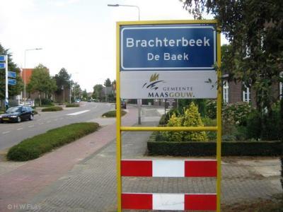 Brachterbeek heette vanouds gewoon Beek (en Maasbracht gewoon Bracht), maar daar zijn er nogal wat van, vandaar dat het in de loop van de 19e eeuw geleidelijk Brachterbeek is geworden. In het Limburgs De Baek of Brachterbaek.