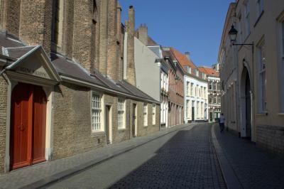 Breda, een blik in de verstilde, maar prachtige Catharinastraat in Breda, met links de ingang van de Waalse kerk (© Jan Dijkstra, Houten)