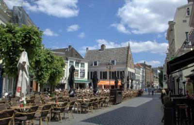 Breda, de gezellige Havermarkt op een mooie junidag (© Jan Dijkstra, Houten)