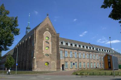 Breda, de Kloosterkazerne uit 1504 biedt tegenwoordig onderdak aan het Holland Casino, het Chassé Theater en een dependance van het Breda's Museum (© Jan Dijkstra, Houten)