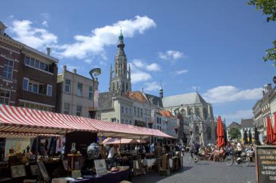 Breda, markt op de Grote Markt, met in de verte de Grote Kerk (© Jan Dijkstra, Houten)