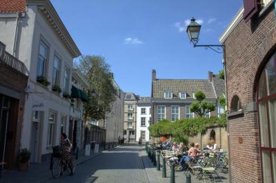 Breda, op de zonzijde in de Sint Annastraat (© Jan Dijkstra, Houten)