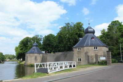 Het Spanjaardsgat, de Duiventoren (nu een protestantse kapel) en de Granaattoren (waarin de RK kapel zich bevindt) zijn onderdeel van het Kasteel van Breda aan de Vismarktstraat. (© Jan Dijkstra, Houten)