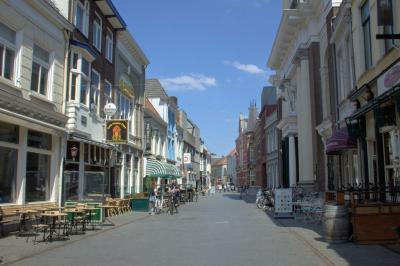 Breda, de Veemarktstraat, gezien vanaf de Grote Markt (© Jan Dijkstra, Houten)