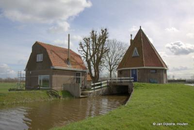 Het gemaal van Breeveld staat aan het eind van een lang pad de wijde polder in. Op de plaats van het gemaal stond vroeger een molen. Het gemaal is gebouwd op de molenromp en is een rijksmonument wegens dat molenrestant.