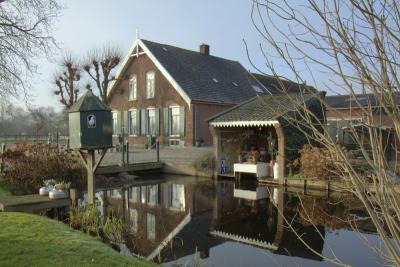 Polder Breudijk, Wildveldseweg. Een boerderij met boenhok en duiventil, die combinatie zie je niet veel. De duif poseert gewillig voor de fotograaf. (© Jan Dijkstra, Houten)