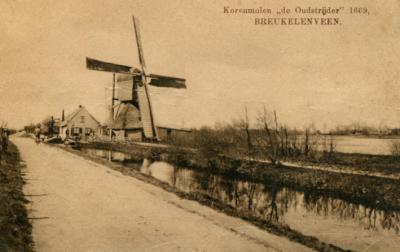 Thuisgekomen hebben we deze intrigerende naam natuurlijk even uitgezocht; het blijkt dat hier, O van de kern van Breukeleveen, tot 1937 deze korenmolen De Oudstrijder heeft gestaan. Vandaar dus!