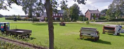 Op de splitsing van de wegen Breyvin en Neelestraat ligt een mooi brinkje waar in 2010 kennelijk een tentoonstelling van oude landbouwwerktuigen heeft plaatsgevonden. Als iemand hier meer van weet, houden wij ons aanbevolen. (© Google)